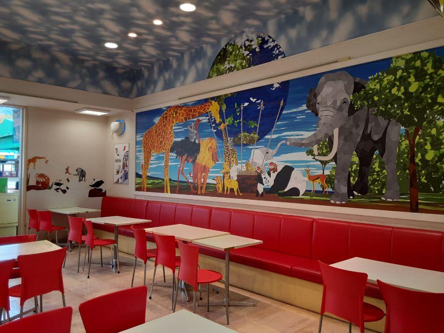 動物たちのイラストが描かれたレストランの店内