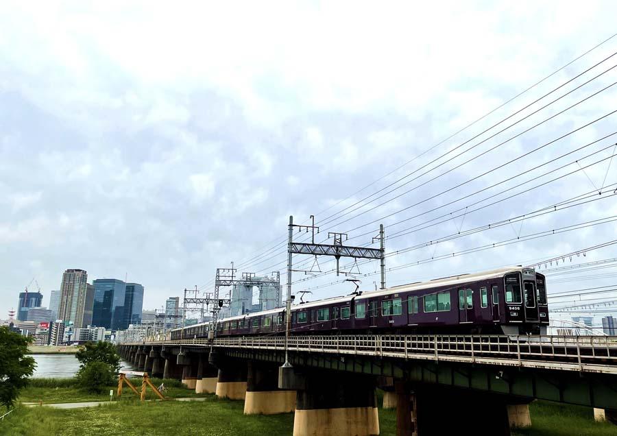 十三大橋を通過する阪急電車
