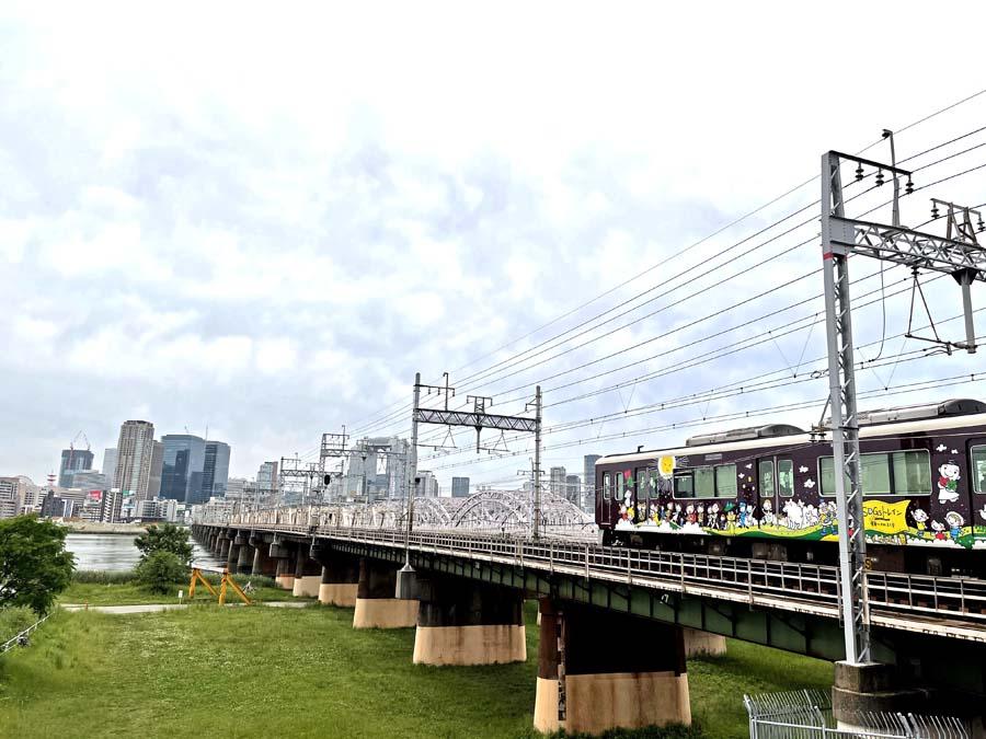 十三大橋のを通過する阪急電車