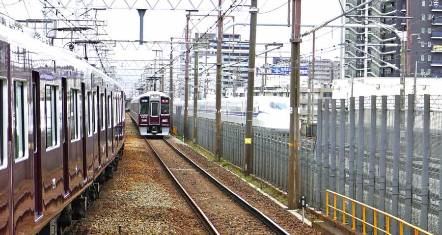 上牧駅で見ることができる阪急電車と新幹線の並走