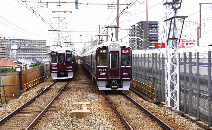上牧駅から見た阪急電車
