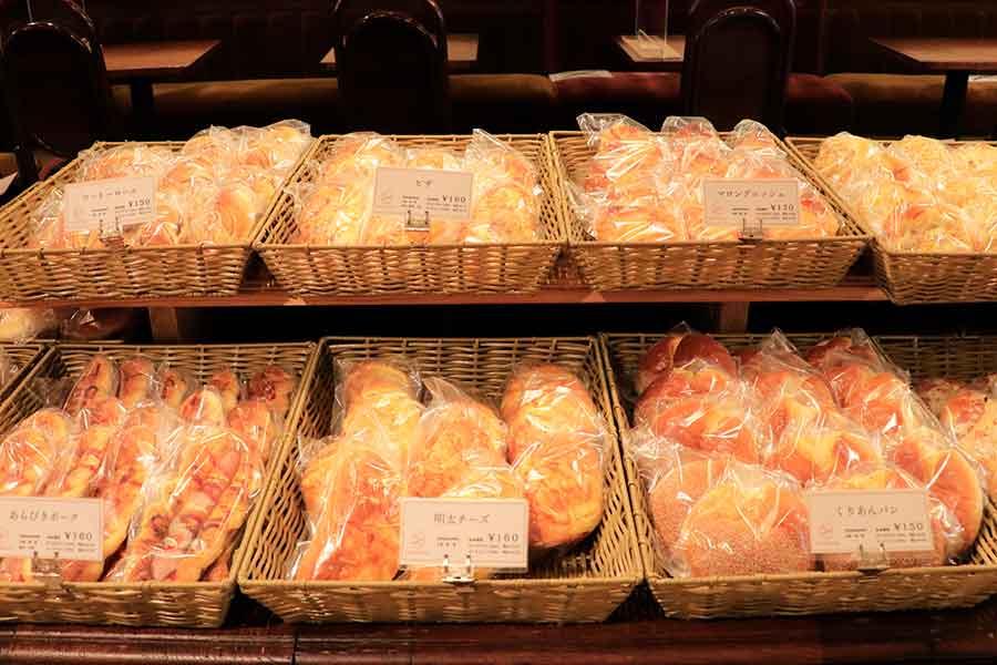 店頭に並べられたパン
