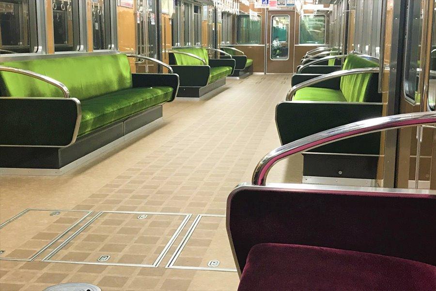 阪急電車の特徴であるオリーブグリーンの座席シート