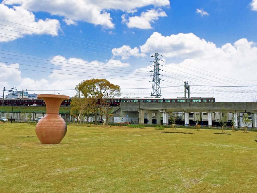 安満遺跡のすぐそばを通る阪急電車