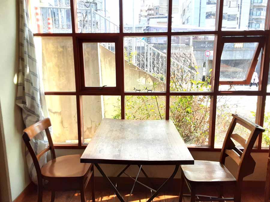 nimcafeの窓の外に見える阪急電車