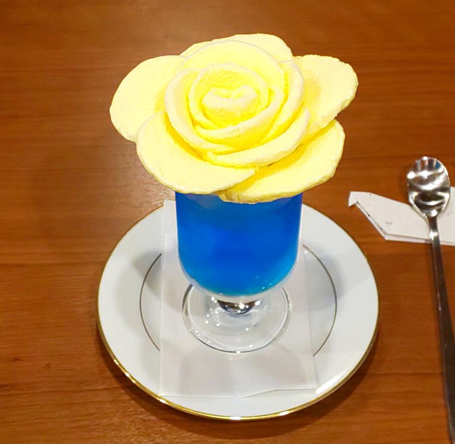 ばらの花が開いたようなヴィオロンのクリームソーダ