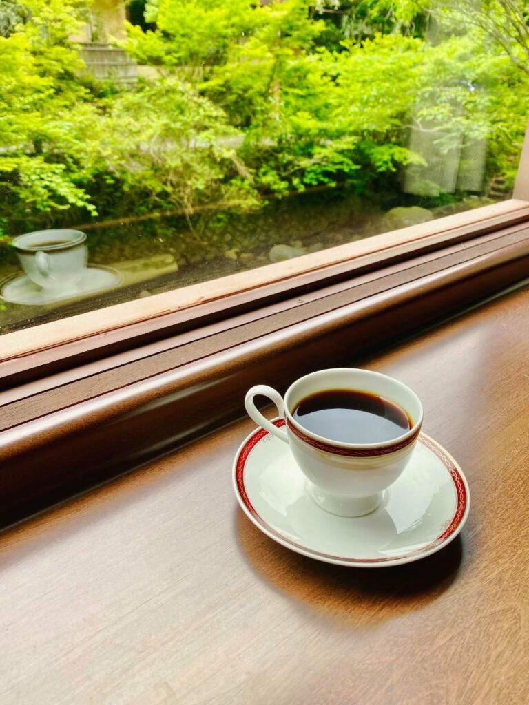 山本珈琲館の窓際でコーヒー