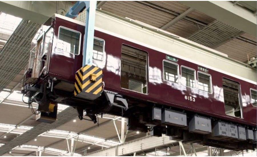 阪急電車をクレーンで持ち上げているところ