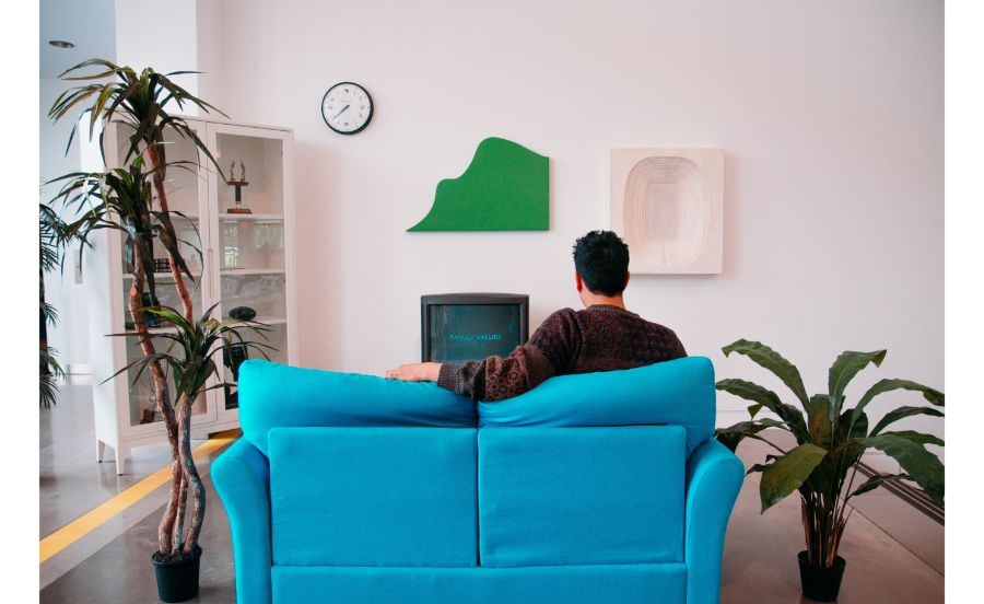 家でテレビを見ている男性