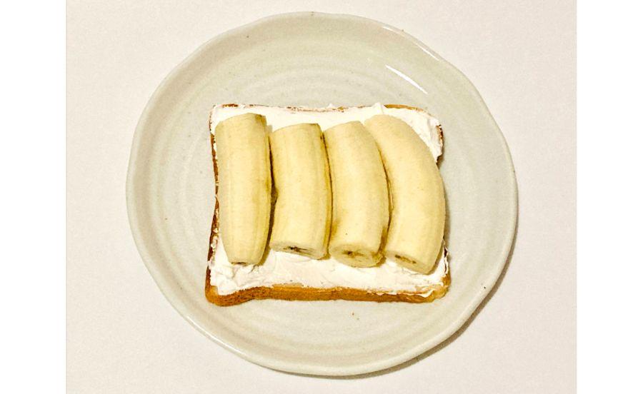 生クリームをぬった食パンの上にバナナを並べたところ