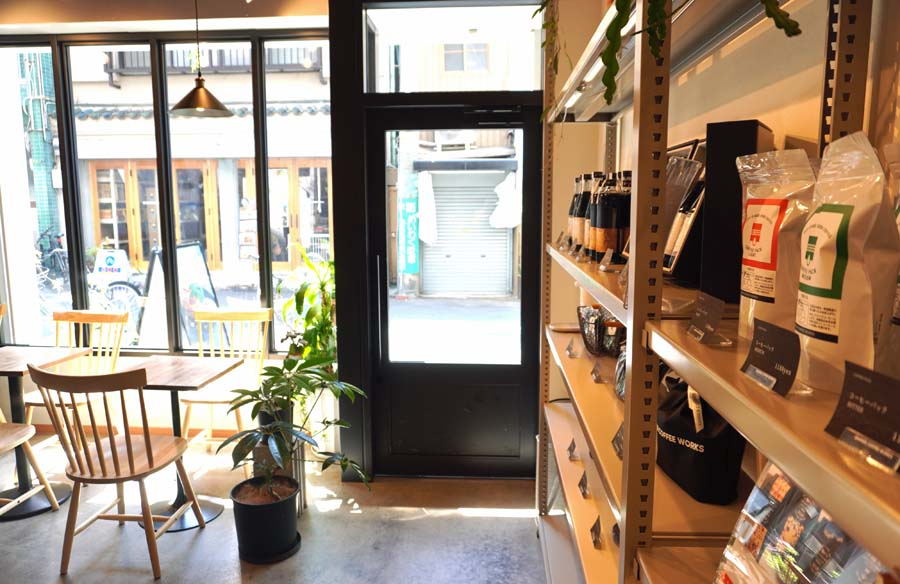 SANWA COFFEE WORKS本店から外を見た風景
