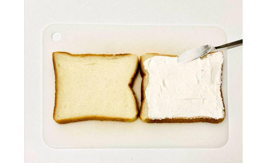 食パンに生クリームをぬっている